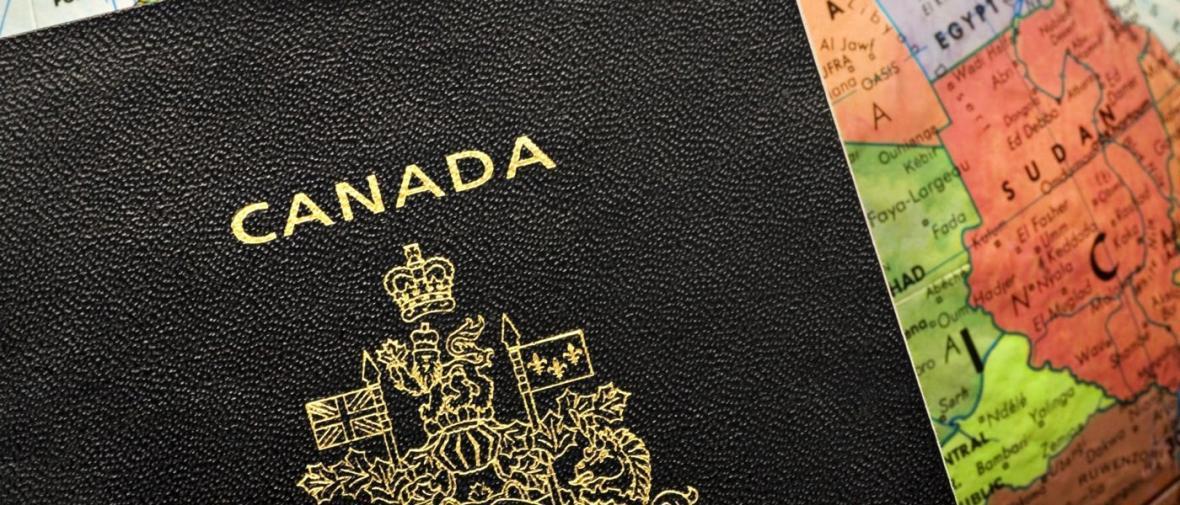 تصاویر جالب از گذرنامه کانادایی زیر نور فرابنفش